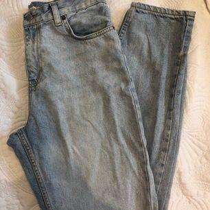 Snygga ljusblå jeans från Junkyard! De är i mycket fint skick och använda några enstaka gånger. Inga fläckar eller repor.  Storlek 28