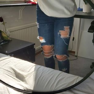Ripped Jeans från Dolce & Gabbana (fejk). Det står ingen storlek men de passar mig som är en Xs/S. Kan mötas upp i Lund/Malmö annars står köparen för frakten:)