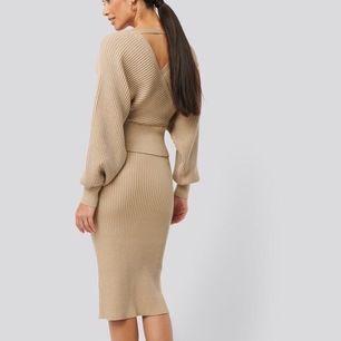 Otroligt skönt och bekvämt glittrigt set med tröja och kjol från NA-KD. Nyskick, endast använt en gång. Kjolen är storlek S och högmidjad, kostar 349 kr ny. Tröjan är storlek XS, crop top-modell, kostar 399 kr ny. Säljer hela setet för 400 kr. Fri frakt.