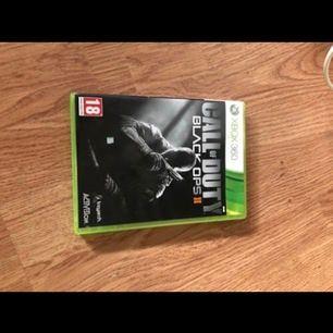Till Xbox 360. Man kan köra Campaign,multiplayer och Zombies.
