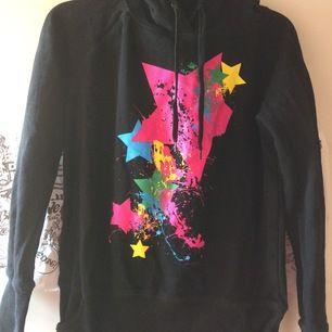Oanvänd svart hoodie med mönster och färgstänk fram, helt svart bak. Storlek L men funkar på M också. Priset är inkl vanlig frakt 🍓