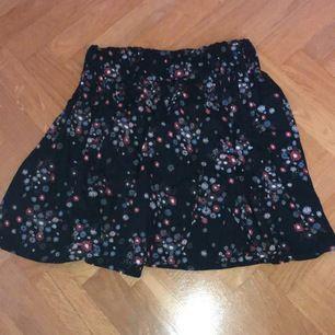 En blommig kjol med ett resårband i midjan storlek 36 kan levereras eller mötas köparen står för frakt. Kontakta oss för frågor eller annat!