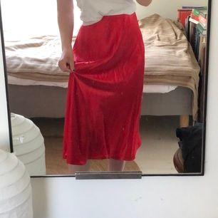 Riktigt charmig kjol i silkesliknande material💃🏼 Den är lång, mjuk och har resår i midjan. Perfekt till nyrakade ben, såååå len!!🌸🌸 Köparen står för frakt