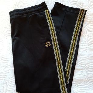 Fila trackpants. Svarta med detaljer i guld. Använda ett fåtal gånger! Köparen står för ev. frakt (63:-)