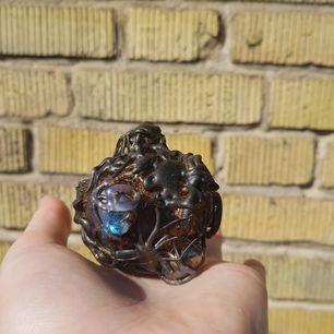 Supersöt kreation köpt på en Harry Potter mässa. Perfekt för HP-fans eller bara för de som tyckte att den var fin. Jättegullig att använda som dekoration. Den kostar bara 5 kr. Frakt kostar 11kr om man inte handlar för över 300 kr då jag bjuder på frakten