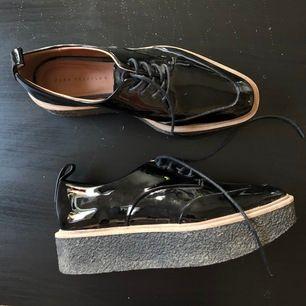 Snygga platåskor från Zara, storlek 37 bra skick osv köparen står för frakt 💫