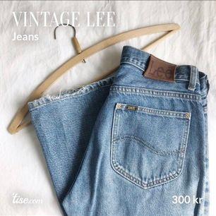 Äkta vintage Lee-jeans, som ett par Levis 501. Snygga slitningar av ålder och användande. Inget sönder. Liten fläck på vänstra knät, se sista bilden. Köparen står för frakt!