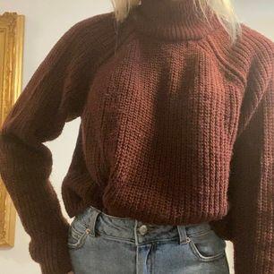 Vinröd stickad tröja, använd ett fåtal gånger. Frakt ingår i priset!