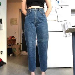 Super snygga vintage jeans från Lindex med snygga detaljer på framfickorna, inga bakfickor extremt högmidjade. Väldigt bra kvalitet på materialet. Storlek 36. Kan mötas upp i Stockholm eller posta. Frakt 88. Meddelande mig om eventuella frågor.