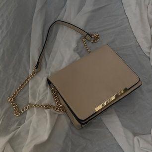 Jättefin oanvänd väska med gulddetaljer i