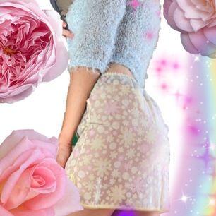 🍒🌸💕🌸🍒 QT genomskinlig underkjol i sträftmaterial med blommotiv. Såååå fin att styla över ens bikiniunderdel eller underkläder. Drömmig som fasan. Strl:xs-S. Frakt tillkommer. Puss o K🍒