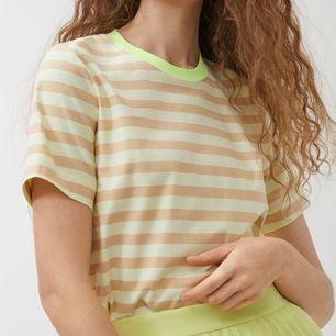 Jättecool T-shirt från arket som är använd med i gott skick. Frakten är inräknad🤪