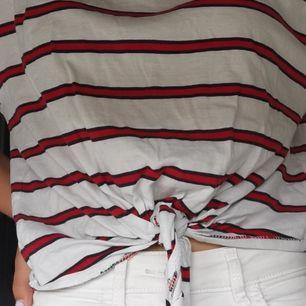 Säljer denna fina T-shirten som jag köpte för ca 1,5 år sedan då den nästan aldrig har blivit använd samt även är lite för stor. Den är inte lika stor som storleken säger för skulle kunna passa som en M✨ priset går att diskutera🤍🤍🙃