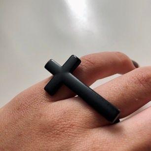 Ring för två fingrar. Svart matt kors. Ringarna har lite olika storlek, 18 mm & 16 mm i diameter. Sitter snyggt på lång- och ringfingret men lite för litet för mig tyvärr. Köparen står för frakten (11 kr). 🖤