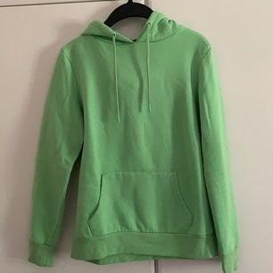 Neon grön hoodie köpt på primark i Tyskland för ungefär 100kr kommer inte riktigt ihåg den e i bra skick har en svart fläcklängst ner på armen men den syns knappt frakt tillkomer 🚚