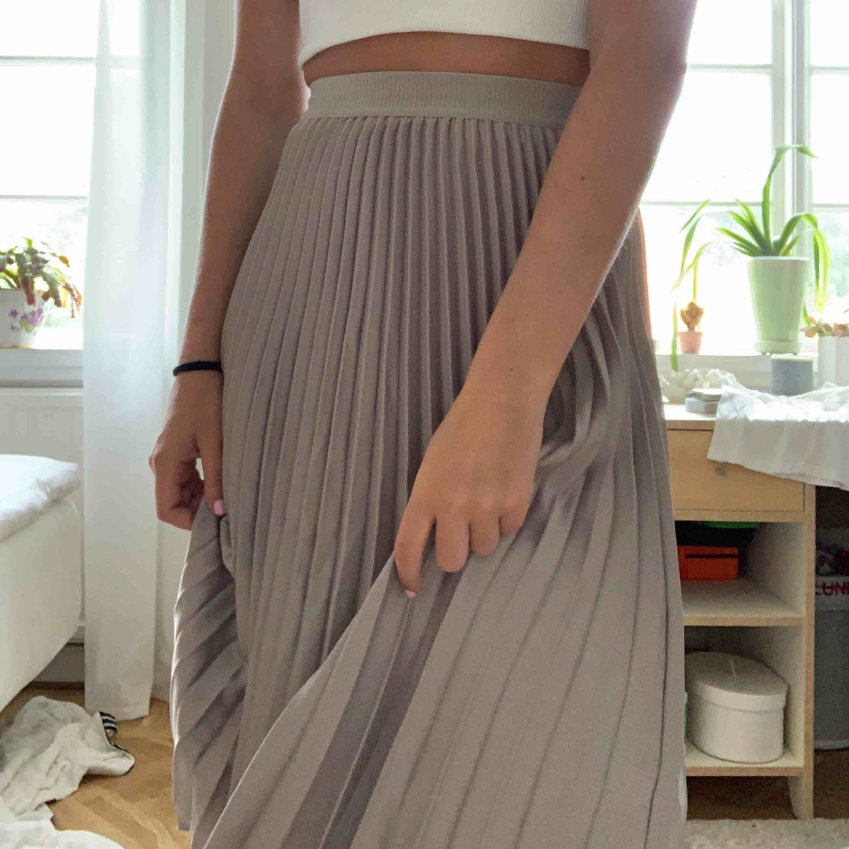 Super snygg långkjol från hm! Använd ett fåtal gånger! Frakt tillkommer! Vid snabbt köp kan man få den för 200+ frakt. Kjolar.
