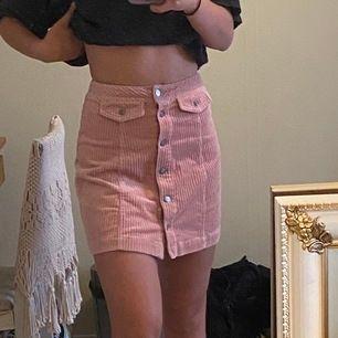 En superfin ljusrosa Manchester kjol från hm. pris kan sänkas vid snabb affär! Ni står för frakten!🚚✨
