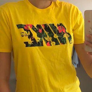 Super fin NIKE T-shirt, mycket fint skick bara använd 2 gånger! Den är i storlek M. Köparen står för frakten som ligger på 44kr💛💚💗