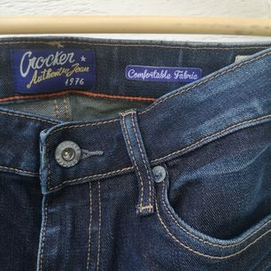 Mörkblåa jeans från märket Crocker Jeans I modellen PEP! BOOT. Waist:26, Length:33 (OBS uppsydda) benlängd: 75 cm från skrevet. Normal waist. En aning små i storleken.