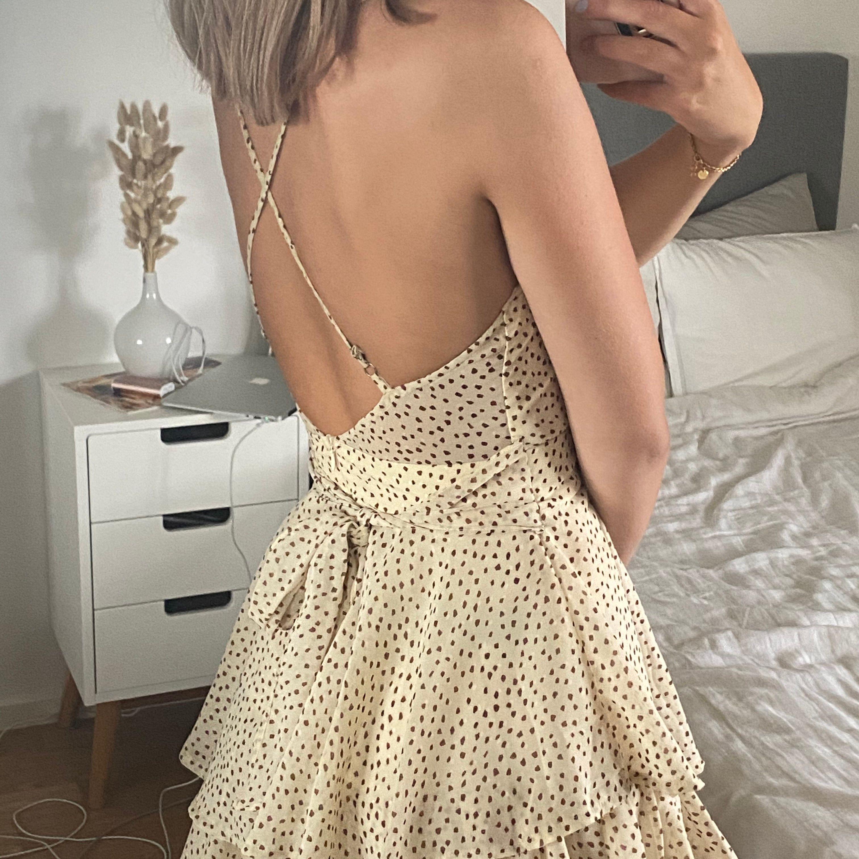 Superfin och härligt playsuit från Saints + Secrets. Det är som sagt en playsuit men ser ut som en klänning. Knappt använd 💙 Frakt tillkommer på 66kr. . Klänningar.
