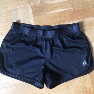 Riktigt snygga shorts från Reebok 🖤 Köpta på Reebok affär i Las vegas för 199kr men var tyvärr lite för små, endast använda 2 ggr🥰 Ställ gärna frågor✨