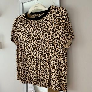 T-shirt med leopardtryck från HM som är i väldigt fint skick då den är använd vid väldigt få tillfällen 🖤🧡 frakt tillkommer och vid flera köpare blir det budgivning som avslutas 24 timmar efter första budet