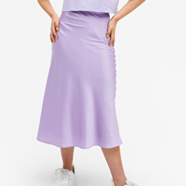 Slutsåld kjol i satin från monki i strl 36, den är endast tvättad men aldrig använd. Köparen står för frakten!! Buda. Kjolar.