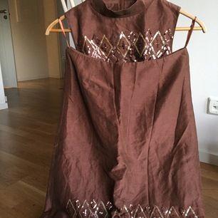 Fint set med kjol och topp från Day Birger et Mikkelsen. Ostruket på bilden, men väldigt fin kvalitet i silke och lin!  Storlek 36  Yttertyg: 70% silke, 30%lin Foder: 100% acetat  Paljetter på framsidan, inte på baksidan. Gäller både kjol och topp.