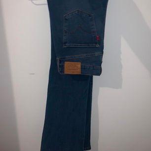Säljer ett par nya Levi'S Bootcut jeans 315 som inte kommer till användning! W/27 L/32. Väldigt sköna och stretchiga. Kontakta mig för fler bilder! 🌸 289kr inkl frakt🌸 (Nypris: 1199kr)