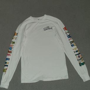 Aldrig använd vit långärmad tunn tröja från H&M storlek XS men från herr avdelningen så lite större än tjej XS. Köparen betalar frakt 66kr :)