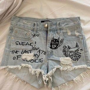 Riktigt snygga shorts från Bik Bok som passar perfekt till värmen. Är i storlek XS och är högmidjade. Själva Bik Bok lappen e lite trasig dock😇 buda gärna!💓 frakt tillkommer