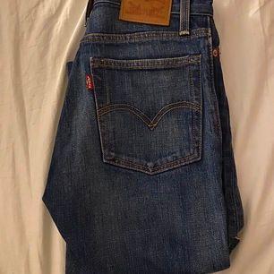 Snygga Levi's Wedgie jeans som sitter som en smäck! Är i strl w24 men kan alternativt passa w23 (beror på hur man vill ha de!). Knappt använda. Buda gärna😇 frakt tillkommer💓