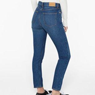 SKÖNASTE och snyggaste högmidjade mom jeansen från MONKI🥰 dessa Kimomo jeans är i strl 24 och sitter som en smäck! Buda gärna! 😇 frakt tillkommer 💓