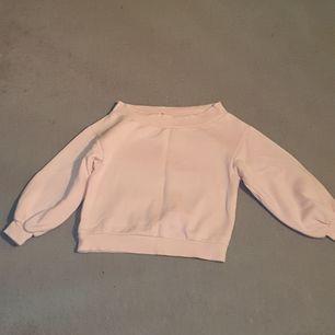 Ljusrosa off shoulder tröja väldigt mjuk aldrig använd. Oversize från h&m. Köparen betalar frakt 88kr