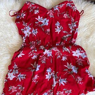En fin liten klänning som passar perfekt till sommaren! Har använt den själv en gång. Bud startar på 50 kr