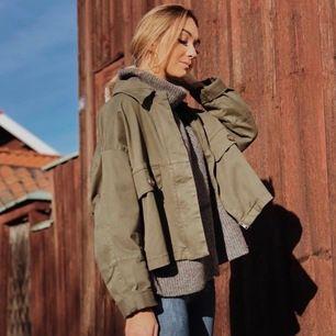 Super fin militärgrön jacka från Zara, skriv om ni vill ha storlek exakt men det är en S-M ungefär, oversized 🌸