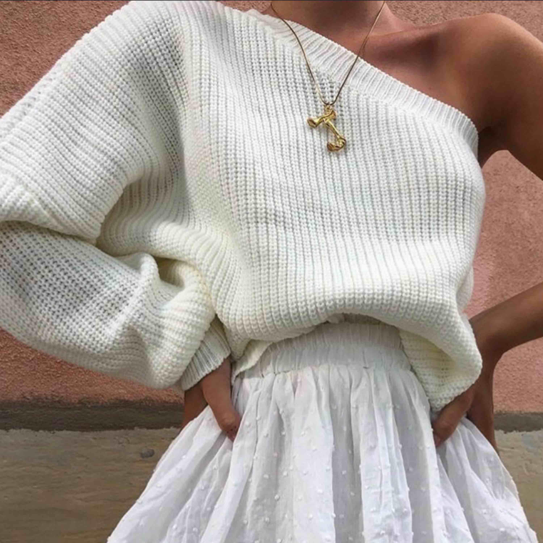 (ej mina bilder) Jättesöt one-shoulder tröja från byanastasia💞 Aldrig använd - nyskick💕💕 Buda från 150 - högsta bud på 210. Stickat.