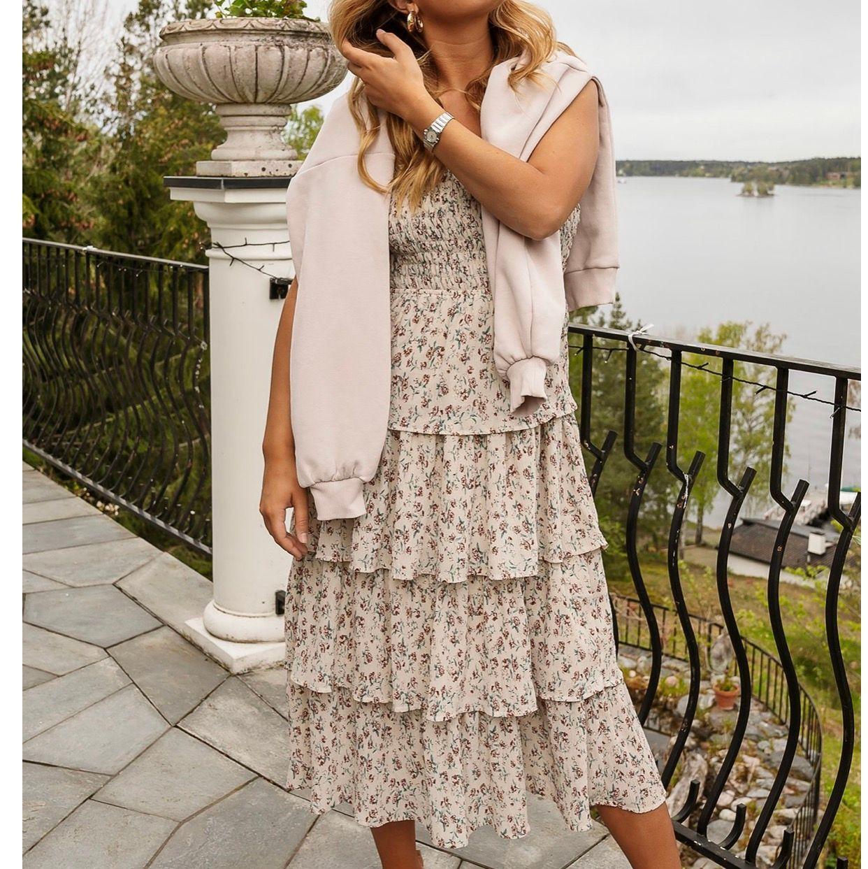 Säljer denna underbart fina klänningen från AFJ's sista kollektion för Nakd. Använd 1 gång så den är i superfint skick🧡 eventuellt budgivning, frakten kostar 63kr och är spårbar☺️. Klänningar.