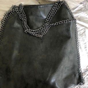 Väska från Gallantry i skinnimation. Liknar Stella McCartney väska fast i en större model. Frakt tillkommer.