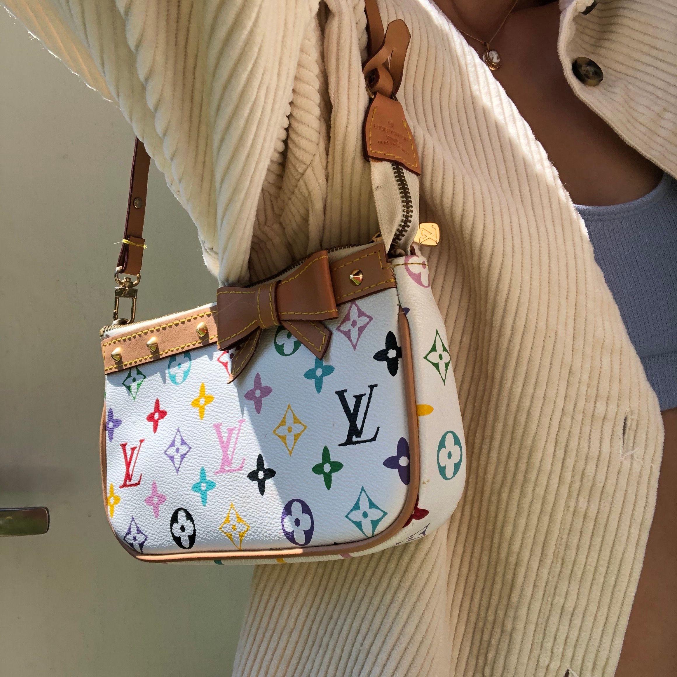 Superfin Louis Vuitton kopia med vintage vibes. Köpt second hand, använd endast en gång av mig. Lite trasig i axelbandet men går säkert att laga. Medföljer även en längre axelrem. Älskar den men kommer tyvärr inte till användning. Köpare står för frakt!. Väskor.
