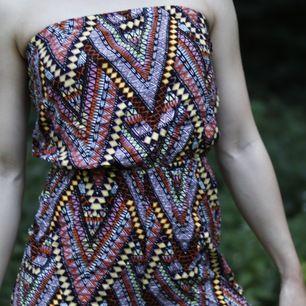 Super fin mönstrad byxdress, sitter fast ovanför bröstet, alltså utan armar och band. Fint skick då den är använd kanske Max 2 gånger. Kan hämtas i Malmö eller så får köparen betala för frakten