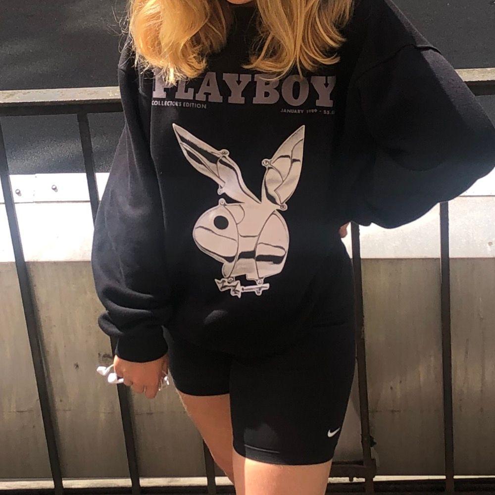 Playboy sweatshirt från missguided X Playboy. Väldigt Oversized modell (mysig) så den passar S-L. Minimal rosa fläck, se bild 3. Fraktar (63 kr spårbar) eller möts upp på söder👻 buda! Senaste bud: 850kr. Budgivning avslutad. Tröjor & Koftor.