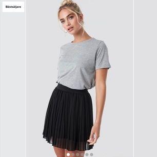 """Jag söker dessa 2 super snygga svarta kjolarna från na-kod och new yorker 🥺 jag köper dom gärna för nästan vilket pris som helst"""""""" i storlek S båda två"""