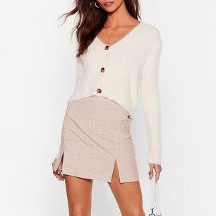 Säljer tyvärr denna fina kjol för den var för liten :( aldrig använd! Är storlek m men passar även S! frakt på 59 tillkommer