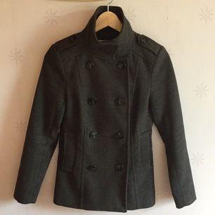 Snygg kappa som kan användas vår och höst samt lite in på vintern. Kan även knäppas/stylas på olika sätt för att växla utseendet beroende på outfit. Använd fåtal gånger.