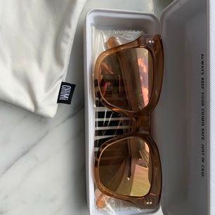 Helt nya chimi brillor i modellen #005 färgen peach med mirror lens. Påse, fodral och kartong medföljer. Köparen står för frakt eller möta upp i Stockholm. Nypris 1000 kr