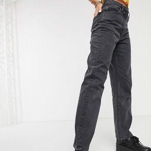 Svarta mom jeans från collusion (köpta på asos) de är i storlek w26  L32 samma som modellen bär. Nyskick, köpare står för frakt!