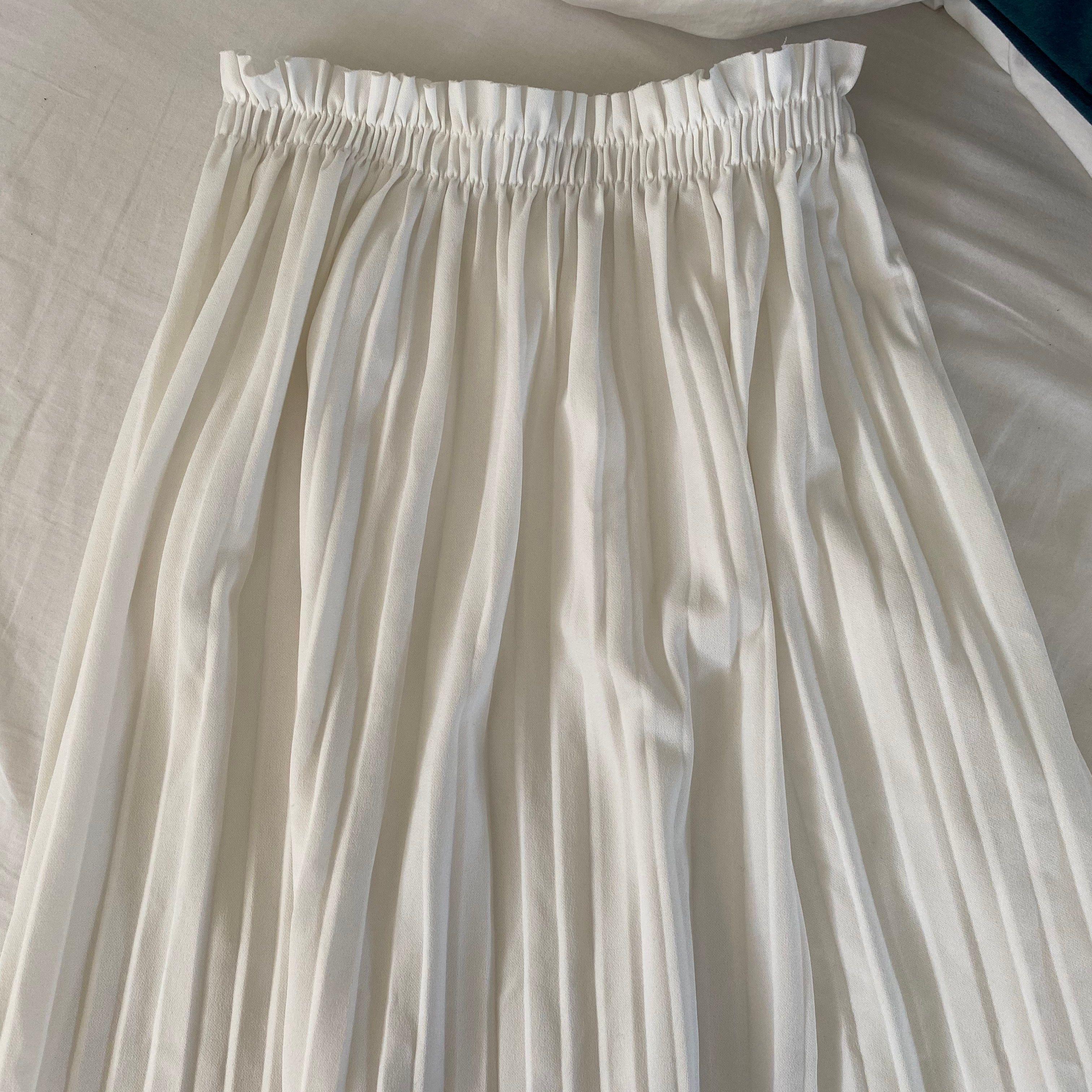 Säljer denna fina kjolen då jag har en till likande. Köpt på nån affär i Spanien 💕 skulle säga att den passar både XS och S då den är väldigt stretchig vid midjan. Frakt tillkommer 💕💖 HÖGSTA BUD JUST NU: 175kr + frakt (65kr). Kjolar.