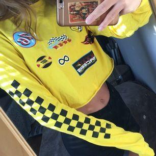 Croppad tröja med racer märken på från junkyard, ascool. Strl S, pris kan diskuteras 🌸 buda