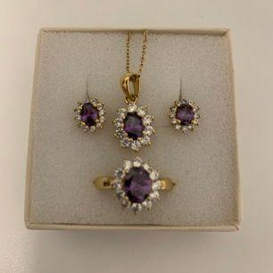 Ring, halsband och örhängen i 18 karats guldplätering. Ring i storlek 54 / 17.  400kr inklusive spårbar frakt